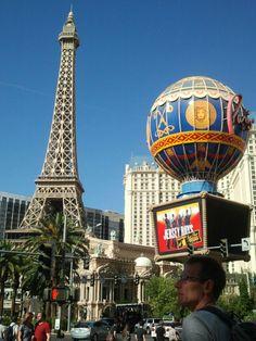 이제 베네시안 호텔로 향하는 중- 나와서 다시 찍은 거! The view of Paris hotel and the unknown bigger statue in front of Bellagio hotel on the street.