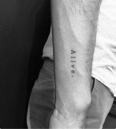 tatuajes frases, tatuaje de una palabra estilo máquina d escribir, antebrazo hombre, foto en blanco y negro