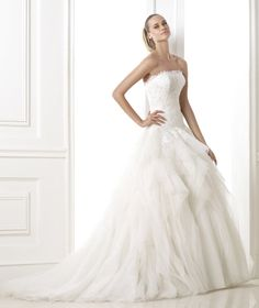 BELERIA. Tulle dress. Lace bodice with strapless neckline. Wide fantasy tulle and organza skirt.