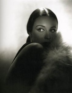 George Hurrell - Patricia Morison Glamour 79 years ago is still stunning today. Old Hollywood Style, Old Hollywood Glamour, Golden Age Of Hollywood, Classic Hollywood, Hollywood Star, Glamour Photo Shoot, George Hurrell, Famous Photographers, Interesting Faces