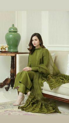 Beautiful Pakistani Dresses, Pakistani Dresses Casual, Pakistani Dress Design, Stylish Dresses For Girls, Stylish Dress Designs, Designs For Dresses, Dress Indian Style, Indian Fashion Dresses, Indian Designer Outfits