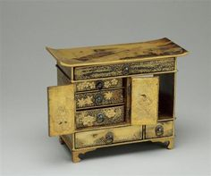 A miniature lacquer and wooden box, with decor illustrating the 37th chapter of the novel 'Prince Gengi.' From the collection of Marie Antoinette.