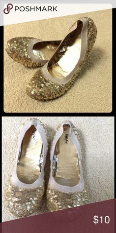 ✨50% off✨Massimo gold sequin elastic ballet flats Massimo gold sequin elastic ballet flats size 8 worn twice. Seam in back of one shoe is separating, could be fixed with fabric glue or a stitch. Fits a little smaller than typical size 8 (good for someone in between sizes). I'm open to all offers. ✨✨ Shoes Flats & Loafers