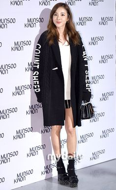 CHIC AND ELEGANT-LOOKING SANDARA PARK AT MUNSOO KWON'S SHOW FOR SEOUL FASHION WEEK