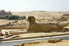 ......en dan die beroemde sfinx: niet midden in de woestijn, maar heel teleurstellend tussen asfalt......