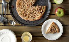 Délicieuse recette de pizza aux pommes à faire durant la saison des pommes. Une recette gagnante à tout coup. Inclut un crumble et un sirop de crème anglaise.