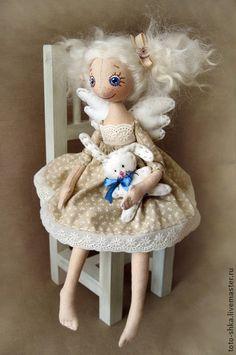 Авторская+текстильная+кукла+ручной+работы.+МАЛЕНЬКИЙ++АНГЕЛ.+Авторская+текстильная+кукла+ручной+работы.+++Очень+легкая+и+уютная+куколка+ростиком+31+см.+Когда+шила+этого+Ангелочка+даже+и+не+думала,+что+получится+столь+юная+особа...+Волосы+сделаны+из+натуральных+кудряшек+овечек,+очень+мягкие+и+шелковистые.