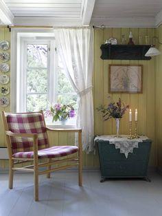 God og gammel: Stolen som tilhører sofagruppen har fått nytt liv med nytt trekk. Kisten ble opprinnelig brukt til oppbevaring av ved og koks | LEV LANDLIG