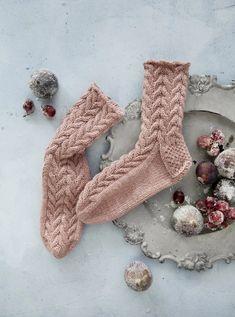 Crochet Socks, Knit Or Crochet, Knitting Socks, Yarn Crafts, Diy Crafts, Warm Socks, The Elf, Knit Patterns, Cross Stitching