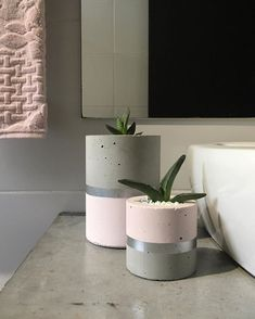 A imagem pode conter: planta e área interna Source by co… Image may contain: plant and indoor Source by concrete Diy Concrete Planters, Cement Pots, Indoor Planters, Diy Planters, Concrete Color, Concrete Cement, Concrete Sculpture, Wrought Iron Decor, Concrete Crafts