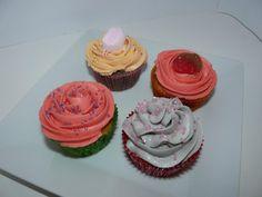 Cupcakes muy ricos con golosinas.