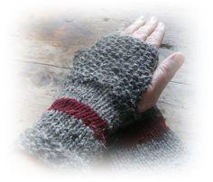 Neue Kollektion    Heute in grau mit weinrot.    Handgestrickte Armstulpen aus grauer Schafwolle mit weinroter Merinowolle für die kalten Tage.