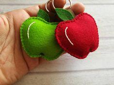 Portachiavi rosso o verde lana feltro Apple, Apple, regalo migliore insegnante, Apple di insegnante Questo elenco è per 1 portachiavi Handmade feltro con alta precisione e grande cura di lana. È possibile scegliere tra questi colori: -verde (100% feltro di lana) -luce rossa (feltro di