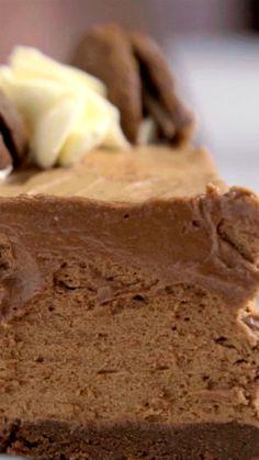 Uma torta de bolacha de chocolate e chantilly que é deliciosa e vai fazer sucesso com qualquer pessoa.