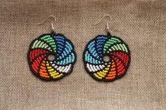 Pendientes mexicana Huichol. Hecho en Letonia con rocallas de cristal Checa artesanal hecho a mano (mezcla de granos de la semilla de color, tamaño 10). Pendientes son de longitud 7 cm (2,7 pulgadas) incluyendo el gancho del pendiente y 5 cm (1,96 pulgadas) de ancho. Gancho del pendiente de Native Beading Patterns, Beaded Earrings Patterns, Seed Bead Patterns, Beaded Brooch, Seed Bead Earrings, Diy Earrings, Jewelry Patterns, Beaded Bracelets, Seed Beads