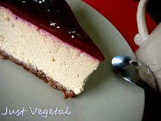 tarta de tofu a la vainilla con base de avena, cacao y fruros secos, con cobertura de ciruelas. Just vegetal