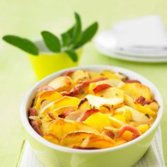 A tasty recipe for a gratin casserole with potatoes, apples and smoked pork: the perfect idea for a mouth-watering main dish