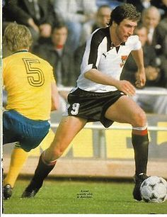 Austria 1 Sweden 0 in 1978 in Buenos Aires. Hans Krankl takes on and beats Ingemar Erlandsson in Group 3 at the World Cup Finals. Austria, Football Memorabilia, World Cup Final, Fifa World Cup, Football Players, Finals, Barcelona, Sweden, Sport