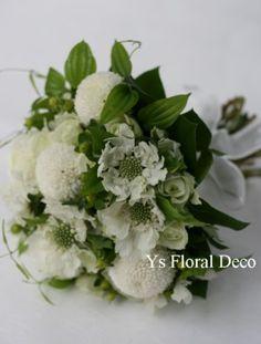 白グリーンのクラッチブーケ ピンポンマムと、スカビオサ、バラを用いて ys floral deco