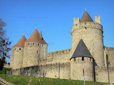 Carcassonne - Guide tourisme, vacances & week-end dans l'Aude -Avec ses 3 kilomètres de remparts et ses 52 tours, la ville haute de Carcassonne, postée sur la rive droite de l'Aude, est la plus grande cité fortifiée d'Europe ! Classée au patrimoine mondial de l'UNESCO, la célèbre et impressionnante cité médiévale audoise, admirablement restaurée au XIXe siècle par l'architecte Eugène Viollet-le-Duc, est l'une des destinations les plus visitées de France. Amoureux du patrimoine et des…
