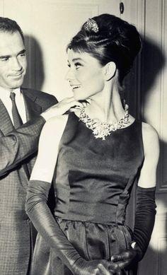 Audrey usando o famoso diamante amarelo da Tiffany & Co para sessão de fotos promocionais de Breakfast at Tiffany's, 1961
