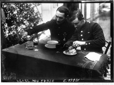 Les mutilés de l'armée : le même se sert à boire : [photographie de presse] / Agence Meurisse