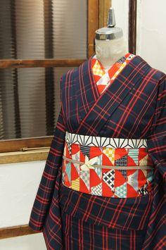ミッドナイトネイビーに、スカーレットカラーのチェックパターンが織り出されたシンプルモダンな正絹紬の袷着物です。