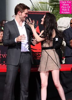 "Robert Pattinson and Kristen Stewart mucking around after leaving their hand and foot prints outside ""Graumans Chinese Theatre"" in Hollywood nov Vampire Twilight, Twilight Stars, Twilight Saga Series, Twilight Book, Twilight Edward, Edward Bella, Twilight Cast, Kristen Stewart, Robert Pattinson Twilight"