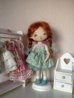 Купить или заказать Кукла малышка Мила в интернет-магазине на Ярмарке Мастеров. Интерьерная девочка сшита из хлопка 100 %, платье сьемное, волосы натуральная ангорская козочка. Подставка входит в комплект к кукле.