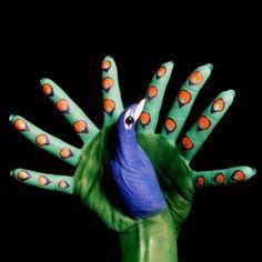 Dit is een mooie afbeelding. Door middel van handen wordt er een pauw uitgebeeld.