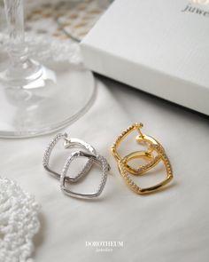 Eckige Ohrringe - Kreolen - sind zurzeit in der Mode top-aktuell und super schick. Sie peppen jedes Outfit sofort auf und kreieren einen raffinierten Look.  Mode Top, Spring Blooms, Super, Wedding Rings, Engagement Rings, Outfit, Accessories, Jewelry, Style