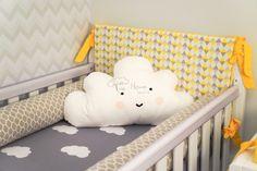 Quarto de bebê com enxoval amarelo e cinza. Lençol com estampa personalizada. Almofada e lençol de nuvem . - Yellow and grey baby room decor . Custom prints sheets . Cloud pillow and cloud sheets.