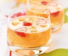 Champagne, peach and strawberry cocktail - Recipe - Gourmet - Trend Cocktail Drinks 2019 Cocktails Champagne, Refreshing Cocktails, Fun Cocktails, Summer Drinks, Cocktail Drinks, Starbucks Strawberry Refresher, Strawberry Cocktails, Best Cocktail Recipes, Healthy Breakfast Recipes