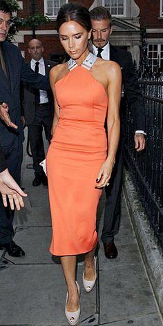 VICTORIA BECKHAM    Victoria escogió uno de sus propios diseños en color mandarina para asistir a una fiesta en Londres. Optó por accesorios en tonos neutros: una cartera tipo sobre, también de su marca, y zapatos tipo peep toe de Giuseppe Zanotti.