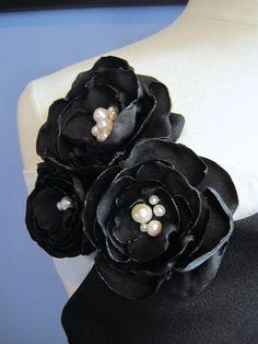 μαύρο ύφασμα λουλούδι καρφίτσα τριπλό μικρά από MariaLouiseHightoo