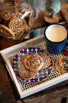 Azt gondoltátok miután felfújtat csináltunk a kakaós csigából, hogy ennél több már nem jöhet, igaz? Hát akkor rosszul gondoltátok, ugyanis az egyik kedvenc édességünkből igyekszünk minél többet kihozni. Így születtek meg ezek a fantasztikus kakaós csiga kekszek, amikkel kétség kívül bárkit levesztek majd a lábáról! Pavlova, Cake Cookies, Sweets, Kitchen, Food, Sweet Dreams, Cooking, Gummi Candy, Candy