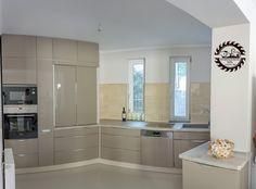 A minimalista formairányzatot követő konyhabútor az egyszerű formák alkalmazására épül. Hangsúlyos szerepet kap a felhasznált anyagok magas minősége a bútor anyaga illetve a vasalatok tekintetében. Az üvegnél könnyebben kezelhető, ugyanakkor ellenálló és tartós tükörfényű akril ajtófrontok előkelő, egyfajta luxus megjelenést biztosítanak. Fontos  szempont, hogy a beépíthető gépek a konyhabútorba ágyazva ne törjék meg az egyszerű formák által teremtett harmóniát. Decor, Cabinet, Kitchen, Home Decor, Kitchen Cabinets, Home Deco, Deco