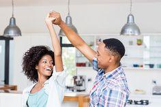 um homem e uma mulher dançando felizes na cozinha Creative Date Night Ideas, Love Is Not Enough, Common Myths, Woman Smile, Dance Lessons, Zumba, 5 Ways, Health Benefits, Marriage