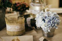 A delicadeza dos enfeites de mesa pensados por Mara Perez. Esse casamento completo está no site!