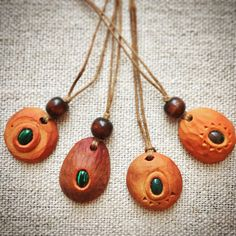 India agate and malachite embedded in avocado stone pendants. Avocado Art, Avocado Seed, Bone Jewelry, Leather Jewelry, Seed Art, Simple Christmas, Christmas Diy, Mixed Media Jewelry, Easy Watercolor