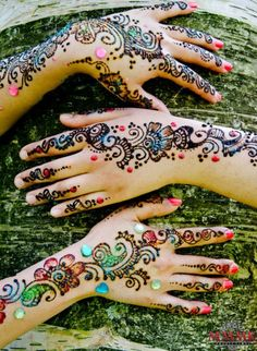 Mehndi has been a basic part of traditional system of the Indian sub-continent for a long time! Also known as Henna, it is now very popular in western countries too.Mehndi designs have become a symbol of art. Mehndi Tattoo, Henna Mehndi, Arte Mehndi, Henna Tatoos, Et Tattoo, Mehndi Art, Henna Tattoo Designs, Henna Art, Mehendi