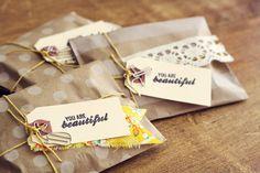 Una idea muy sencilla para preparar paquetitos con un trozo de una colorida tela