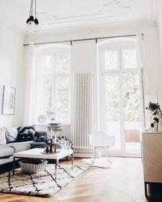 Livingroom Goals! Hohe Decken, ein wunderschöner Parkettboden, lichtdurchflutet und trendige Interior-Pieces wie ein stylischer Beni Ourain Teppich machen dieses Wohnzimmer zu etwas ganz Besonderen! Mehr Trend-Teppiche mit marrokanischen Wurzeln findest Du auf WestwingNow! // Wohnzimmer Teppich BeniOurain Sofa Couchtisch Schaukelstuhl Altbau Ideen Einrichten Deko #Altbau #Wohnzimmer #Teppich #Idee #Einrichten #Interior #WohnzimmerIdeen @kateshyggehome