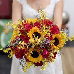Ahhh as flores... São elas as responsáveis pela leveza, alegria e cores do casamento. E de tão importantes que são, entram nas mãos da noiva na cerimônia. O buquê merece ser uma lindeza! Como esse que fizemos pra nossa noivinha. ohlindeza.com #ohlindeza #conceptwedding #wedding #casamento #weddingdecor #decoracaodecasamento #flores #flowers #bouquet #buque #bride #designfloral #direcaodearte #buquedenoiva