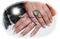 Unhas em gel cor branco leitoso com nail art feita á mão!