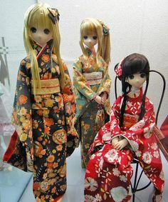 Я очень люблю азиатских кукол, особенно японских. И уже давно озадачилась пошивом кукольного кимоно. Но задача эта стала для меня