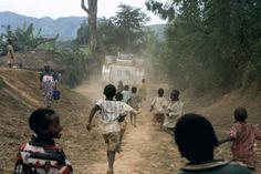 Ron Haviv crianças correndo atrás de uma patrulha das nações unidas com soldados paquistaneses no campo Gina no leste do Congo. maio de 2005
