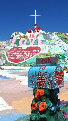 Salvation Mountain is a visionary environment covering a hill in the Colorado Desert, north of Calipatria, northeast of Niland near Slab City, several miles from the Salton Sea. It is in Imperial County, California. // © Rocor / Creative Commons