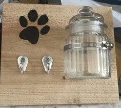 Haakje voor de hondenriem, met een potje voor de beloning ;-) Braaaaaaf!