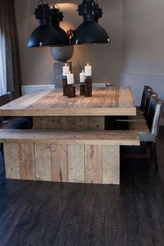 Houten tafel met handige bank net zo breed, past precies onder te tafel